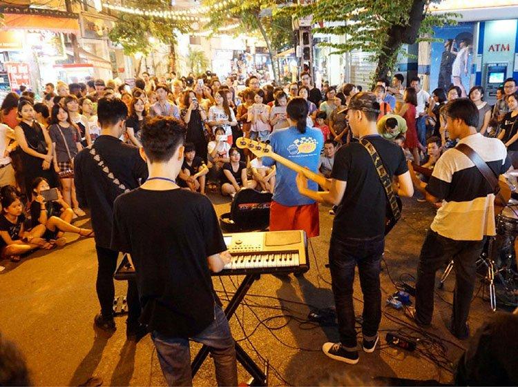 music-performance-on-hanoi-walking-street