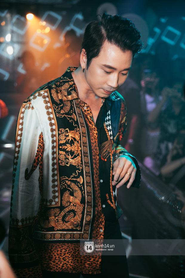 Khoảnh khắc: Karik đứng cùng khán giả chăm chú theo dõi học trò Yuno Bigboi diễn, còn cầm điện thoại quay lại đầy tự hào! - Ảnh 10.