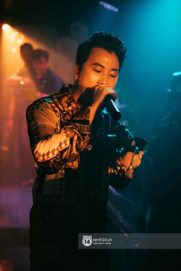 Khoảnh khắc: Karik đứng cùng khán giả chăm chú theo dõi học trò Yuno Bigboi diễn, còn cầm điện thoại quay lại đầy tự hào! - Ảnh 11.
