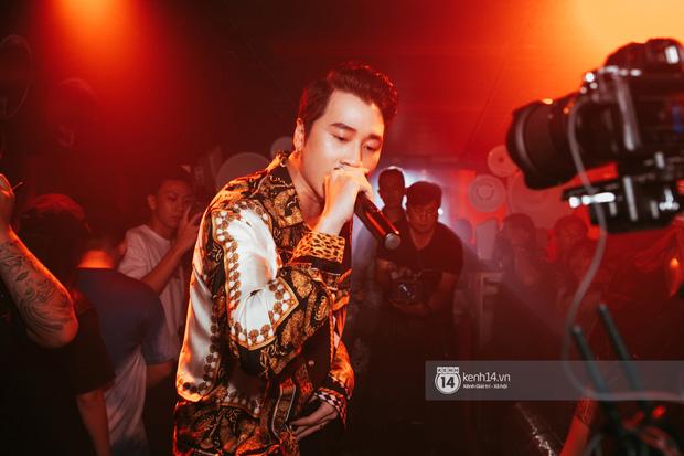 Khoảnh khắc: Karik đứng cùng khán giả chăm chú theo dõi học trò Yuno Bigboi diễn, còn cầm điện thoại quay lại đầy tự hào! - Ảnh 14.