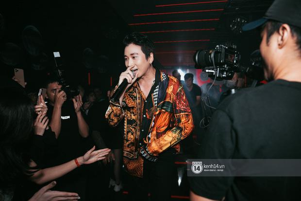 Khoảnh khắc: Karik đứng cùng khán giả chăm chú theo dõi học trò Yuno Bigboi diễn, còn cầm điện thoại quay lại đầy tự hào! - Ảnh 15.