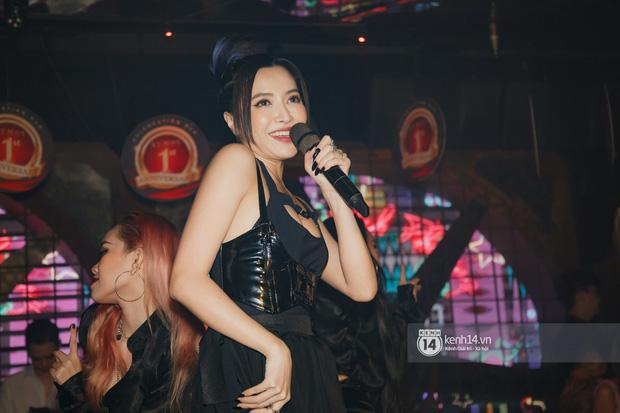 Bích Phương lần đầu diễn live Một Cú Lừa sau 4 tháng phát hành, sexy thế này ai cũng nguyện để bị lừa hết! - Ảnh 10.