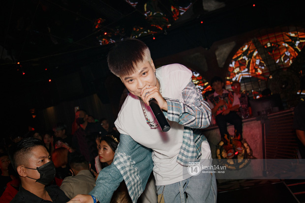 Ricky Star tái đấu R.Tee cực căng trong đêm Halloween, lần đầu diễn live Con Nhà Người Ta và đi đường quyền trực tiếp! - Ảnh 14.