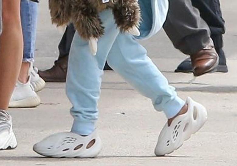 Kanye polarisiert ständig mit neuen, exzentrischen Entwürfen seiner Schuhe. Auf dem Bild: Ein noch unreleaster Yeezy an den Füssen seiner Tochter.