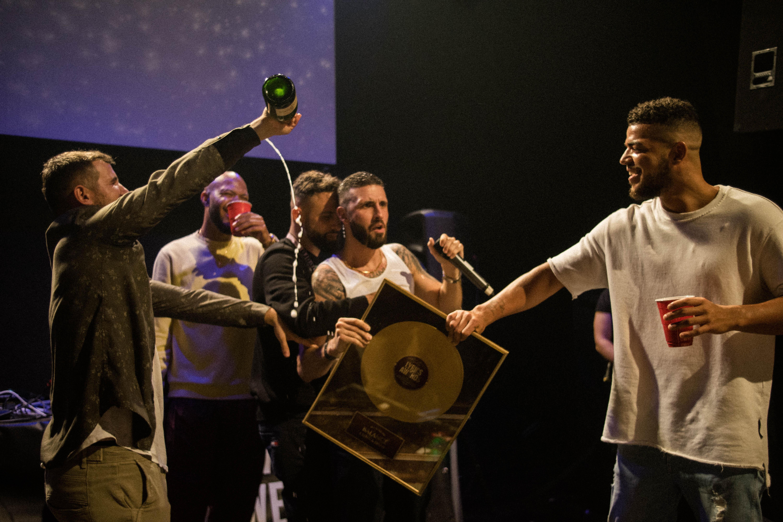 Das «Best Release» kommt aus Zürich: L Loko und Drini erhalten den LYRICS Award für «Balance» und holen gleich die ganze Sektion auf die Bühne. [Quelle: Moritz Keller]
