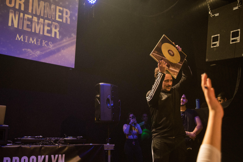 Am meisten LYRICS Awards: Mimiks darf sich bereits die dritte Platte an die Wand hängen. Für seinen Song «Für immer niemer» nimmt Pablo Vögtli den Titel stellvertretend entgegen. [Quelle: Moritz Keller]