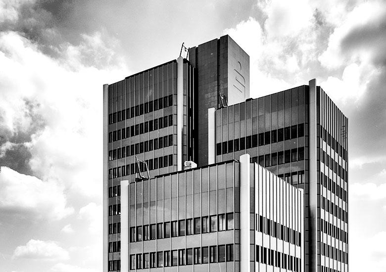 Geschlossene Fassade aus eloxiertem Aluminium Sparkasse Hannover Witte Projektmanagement