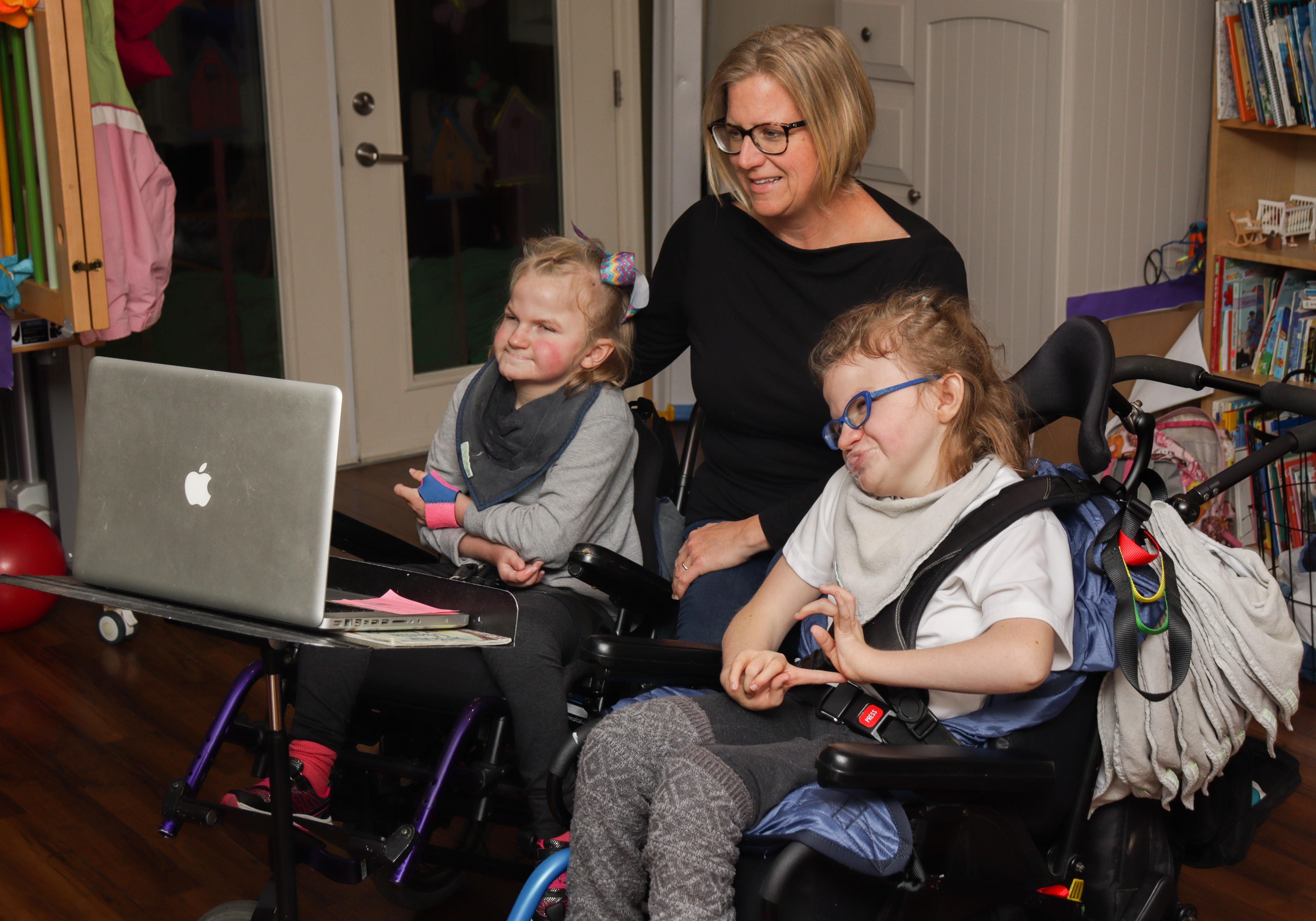 Les soins virtuels, une expérience complètement nouvelle pour la famille Pot, fait maintenant partie du quotidien. Comme elle n'a plus à consacrer des journées entières à des allers-retours épuisants, la famille économise temps et énergie