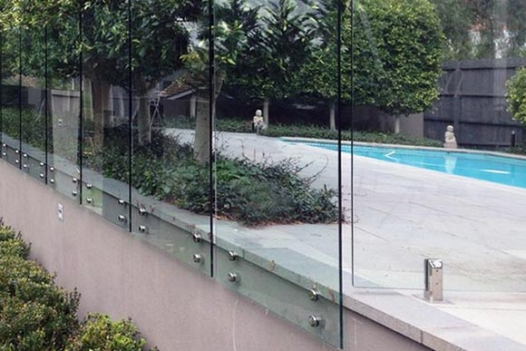 Pin mounted frameless glass fencing