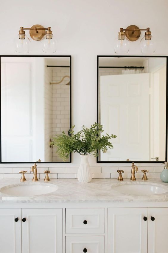 I love this black, white, and gold bathroom design. - M Loves M @marmar