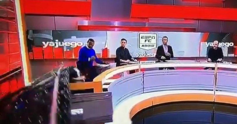 VIDEO: Periodista colombiano de ESPN es aplastado por pantalla gigante