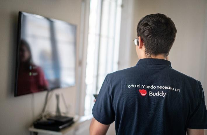 Un hombre con una camiseta azulDescripción generada automáticamente con confianza media