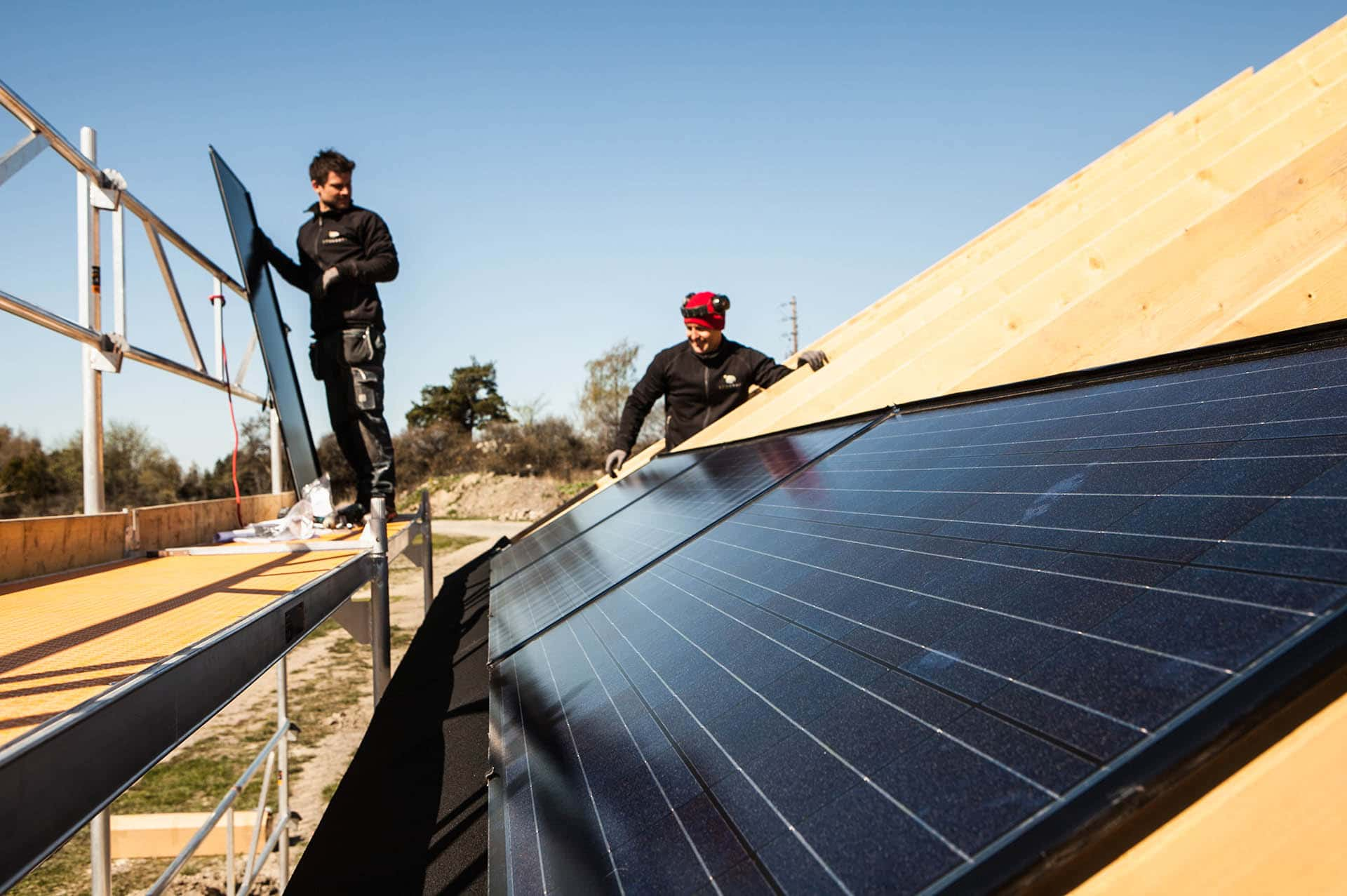 solceller integrerars monteras direkt på takstolar