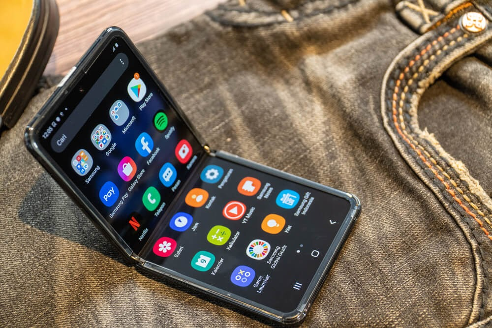 Foldable smart phone, Android platform.