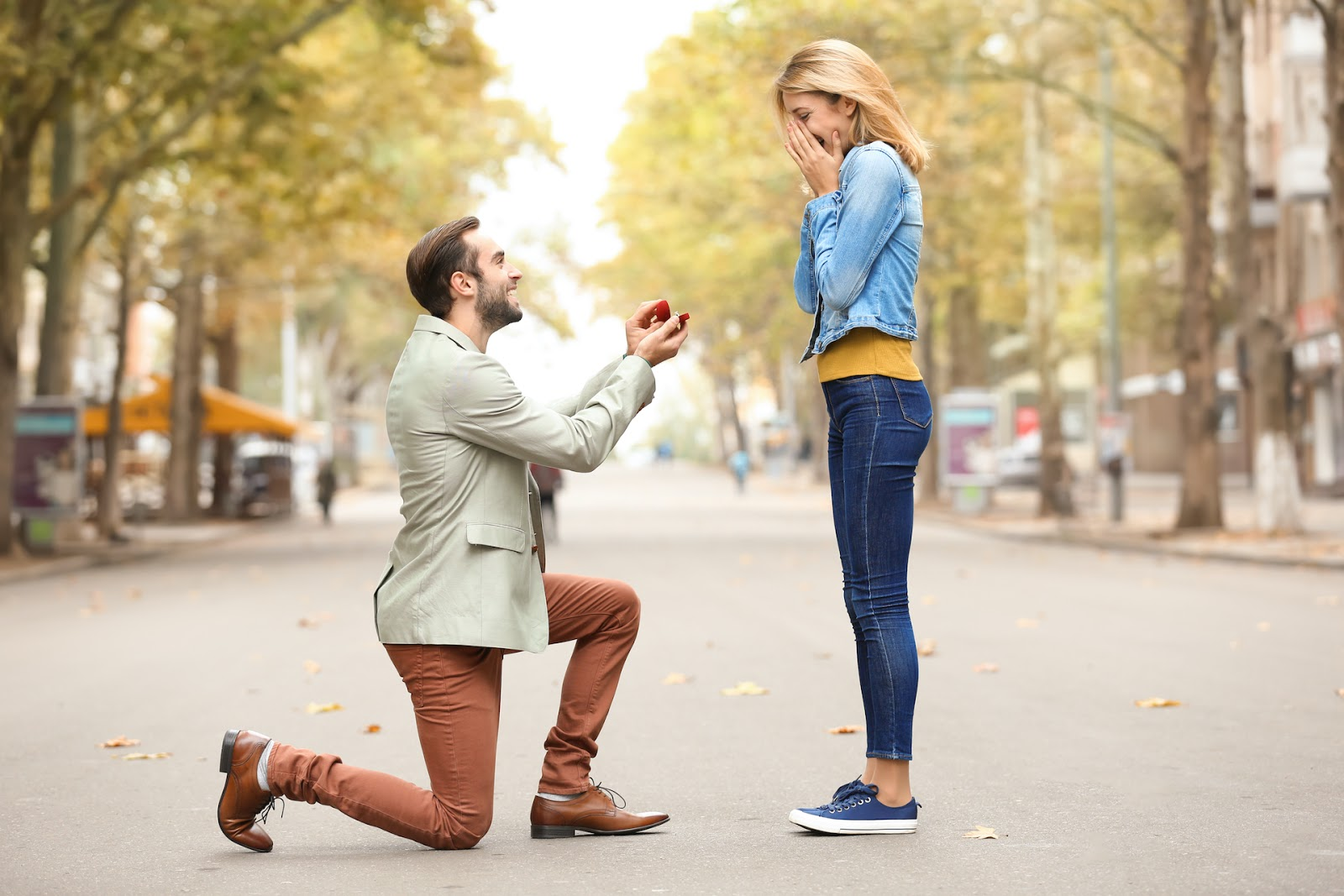 Man proposing to woman in a street