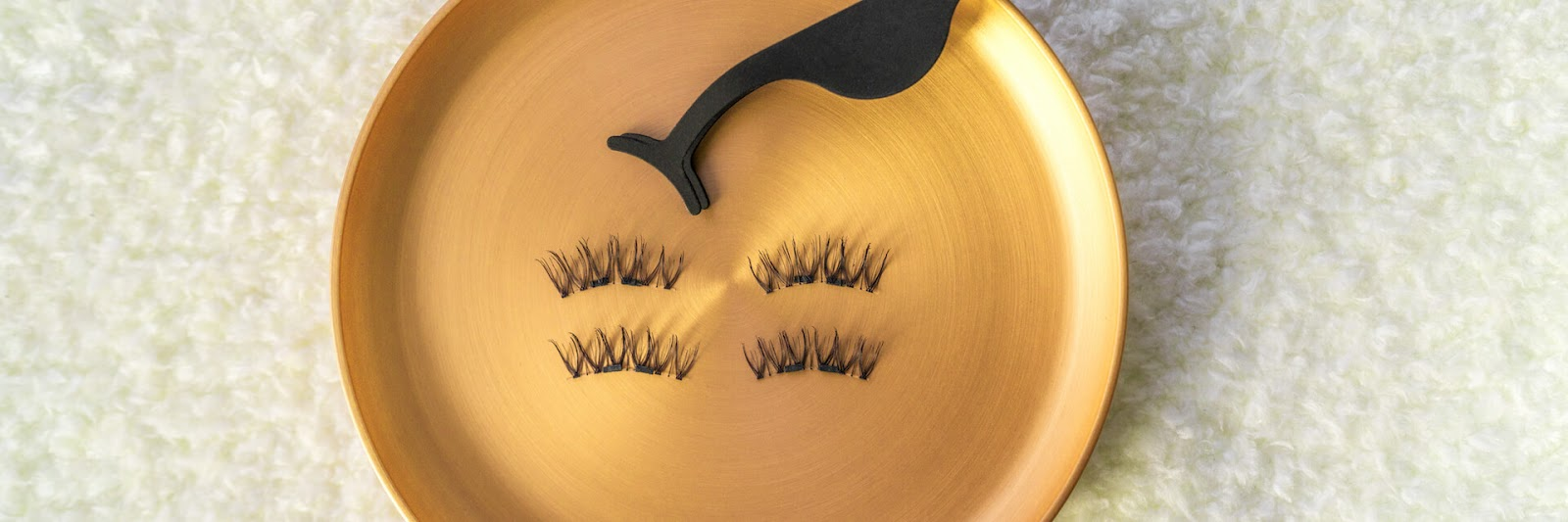 Fake eyelashes and tool in gold plate
