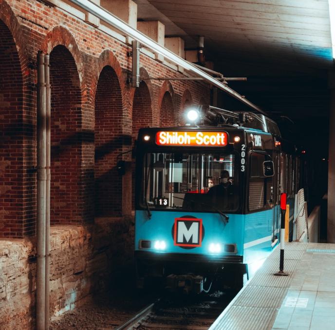 St。Louis MetroLink heads to the platform