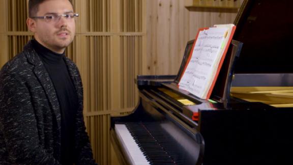 Jared Dunn teaches scales