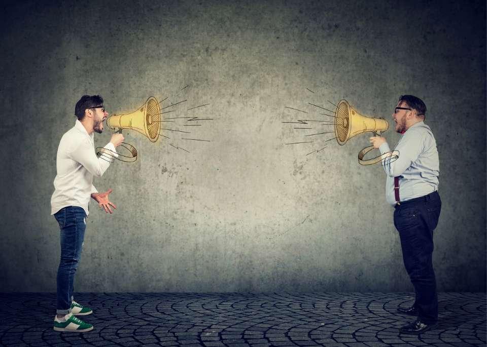 صورة توضح خلاف بين زميلين في العمل