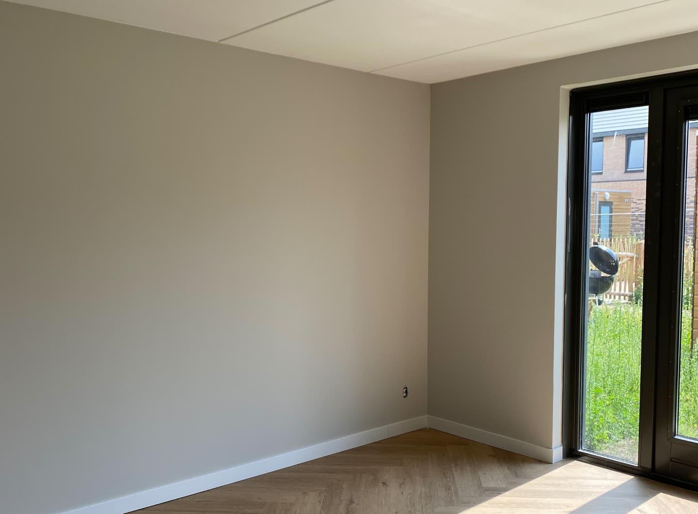 Wanden en plafond afwerking met latex spuiten