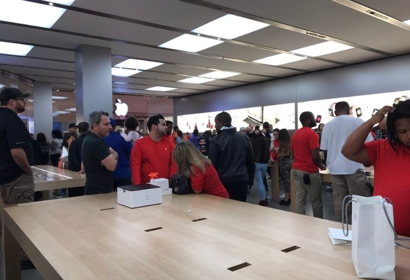A typical day of an Apple store employee (Aventura, FL)