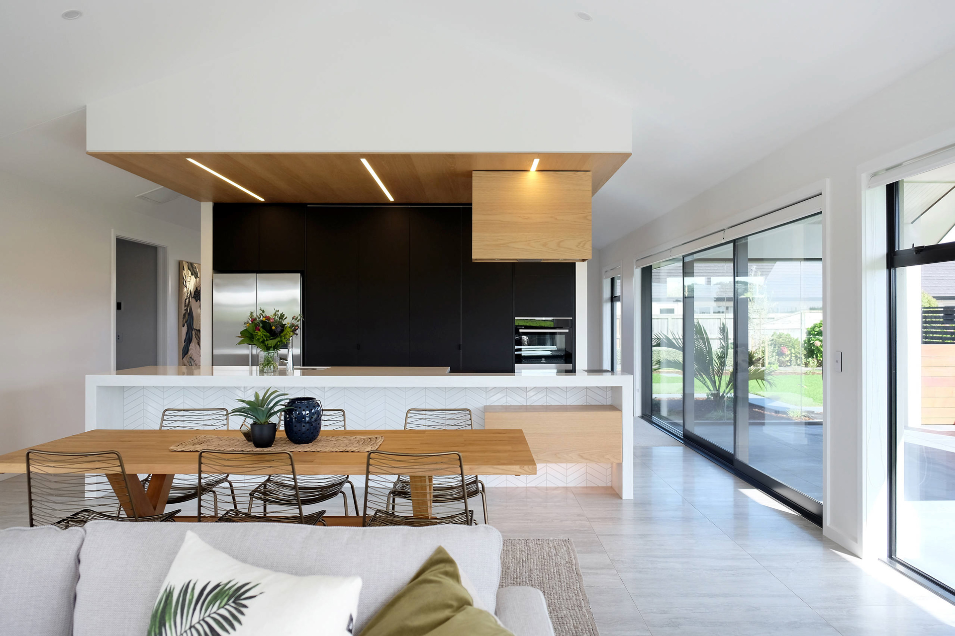 Intelligently integrated within the island bulkhead is Australia's number one selling silent rangehood, UM1170-9S. A clever way to move the cooktop from the splashback to enjoy the rest of the home.