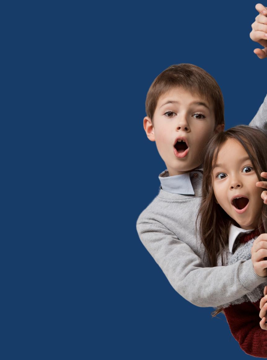 To chokeret børn i mørkeblå baggrund
