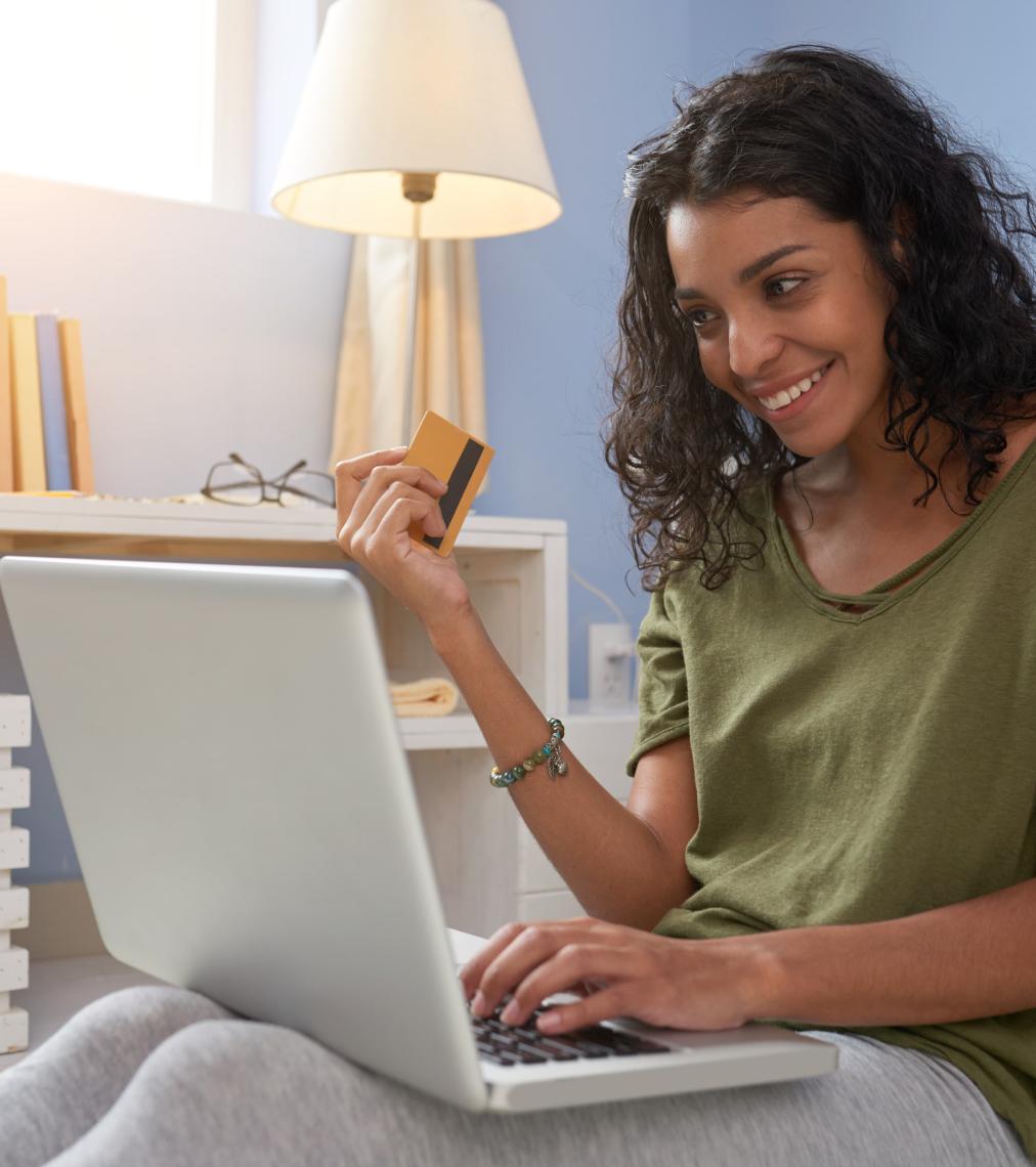 En kvinde sidder foran computeren og skal til at betale en regning