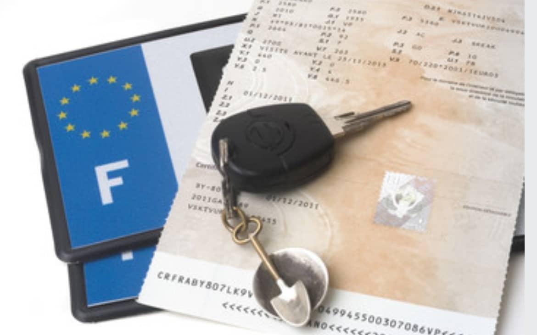 carte grise et plaque d'immatriculation et clef