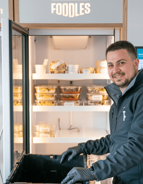 un livreur devant un frigo