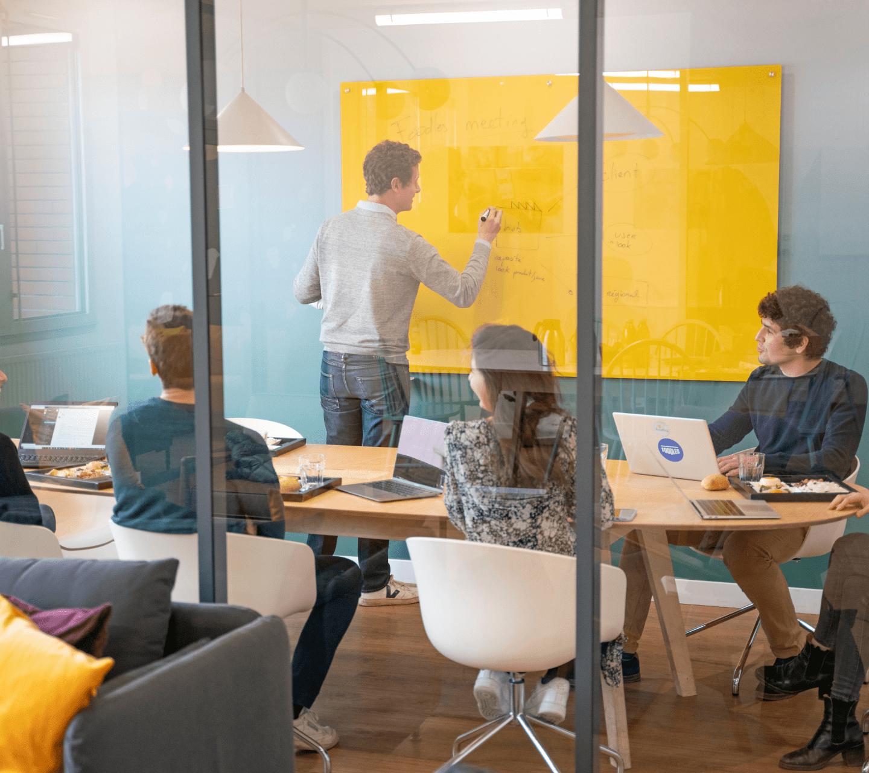 réunion de travail dans un bureau