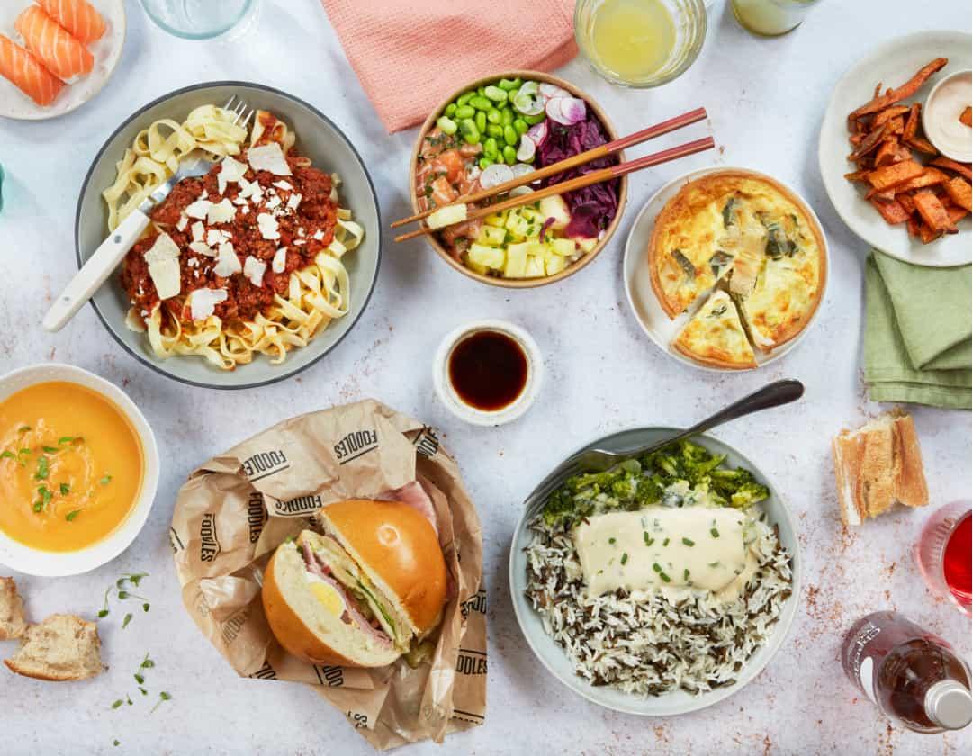 plusieurs plats sur une table