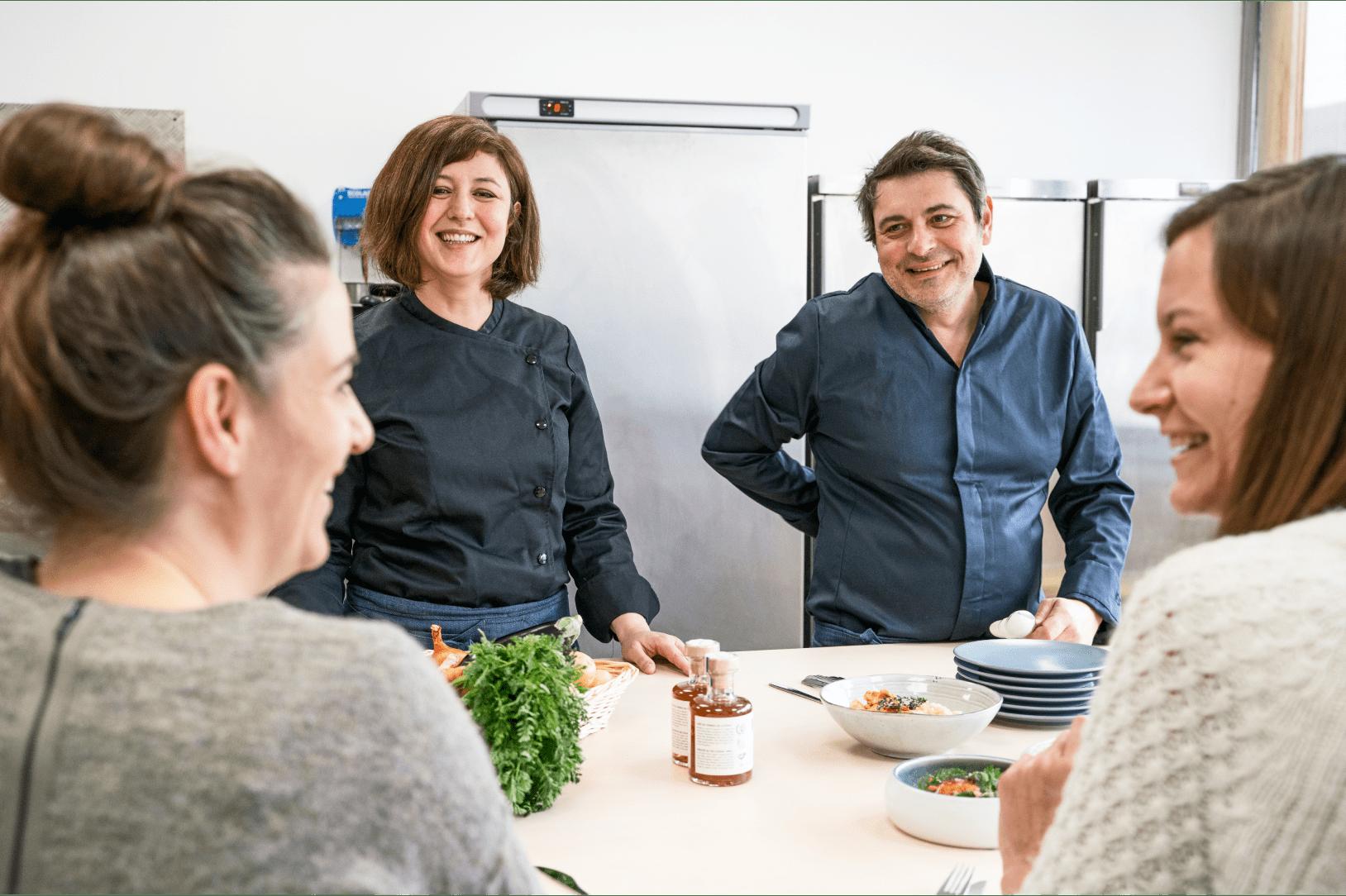 des cuisiniers dans une cuisine