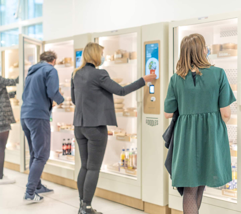 clients devant des frigos