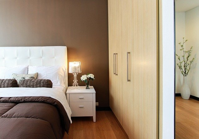 bedroom with lamp and bed
