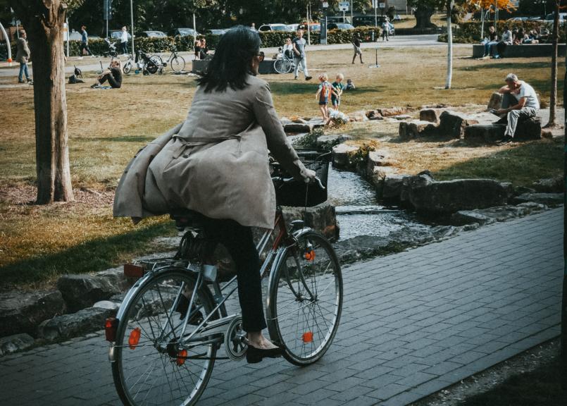 Vélos Jump garés sur le trottoir
