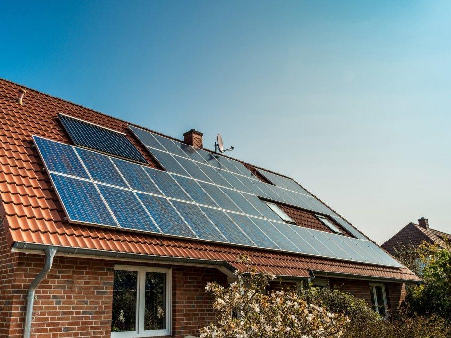 Ein deutsches Einfamilienhaus mit Solaralage auf dem Dach