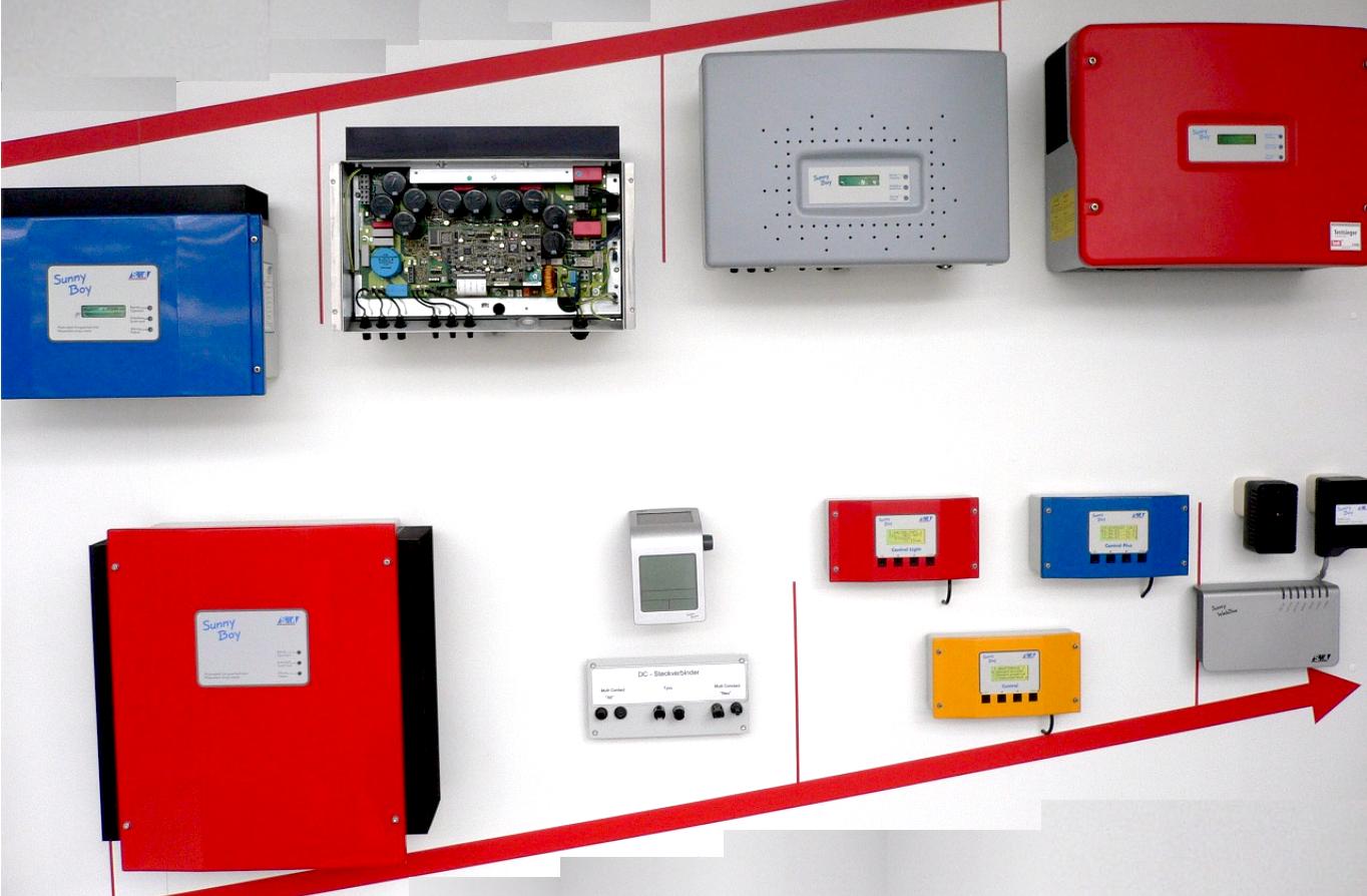 Viele verschiedene Wechselrichter an einer Wand