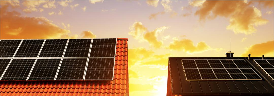 Zwei benachbarte Häuser, die beide ein Photovoltaikanlage auf den Dächern haben
