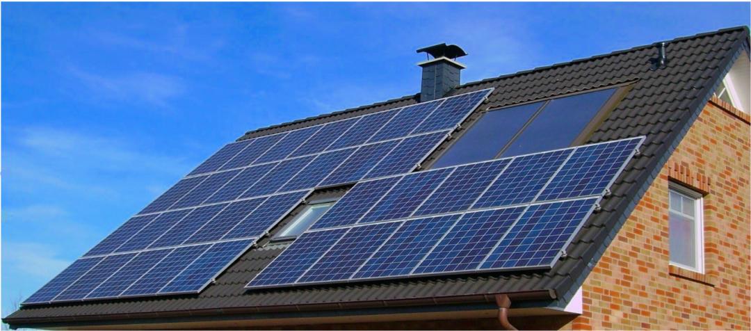 Eine Photovoltaik Komplettanlage auf einem grauen Dach installiert