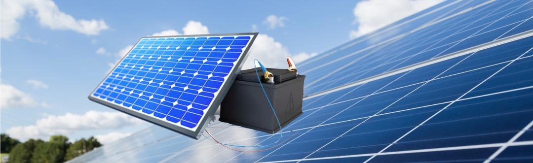 Photovoltaik Komplettanlage mit Speicher symbolisiert durch eine Solarbatterie mit PV-Anlage im Hintergrund