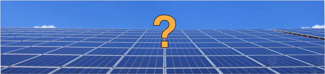 Solaranlage kaufen - gelbes Fragezeichen auf einer blauen Solaranlage