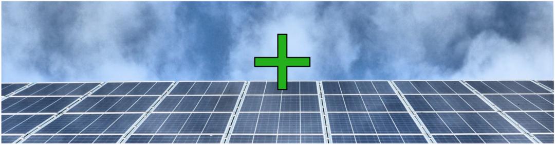 Ein grünes Plus Symbol vor einem grauen Himmel und einer Photovolataikanlage