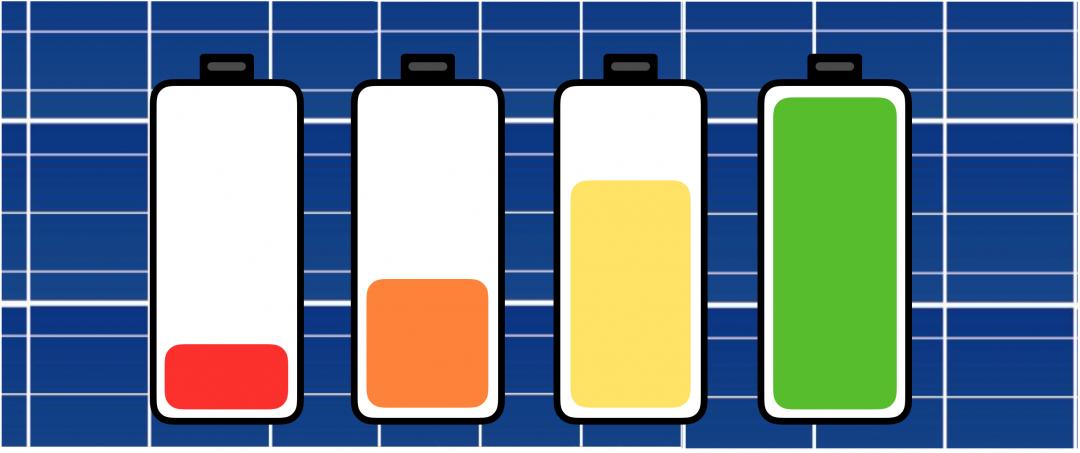 vier Solarbatterien vor einer PV-Anlage