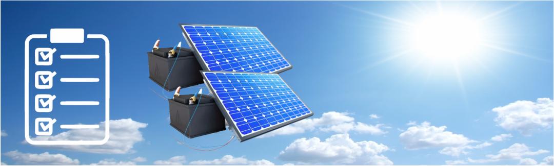 zwei Solarbatterien mit blauem Himmel im Hintergrund