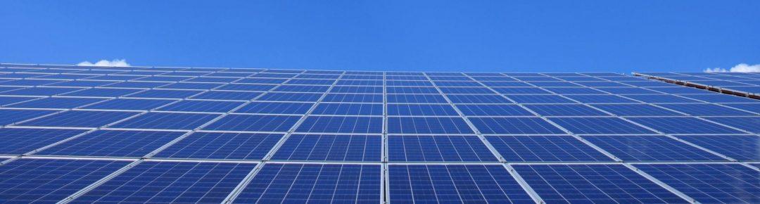 Solarenergie - eine große Solaranlage mit vielen Solarzellen mit Sicht Richtung Himmel