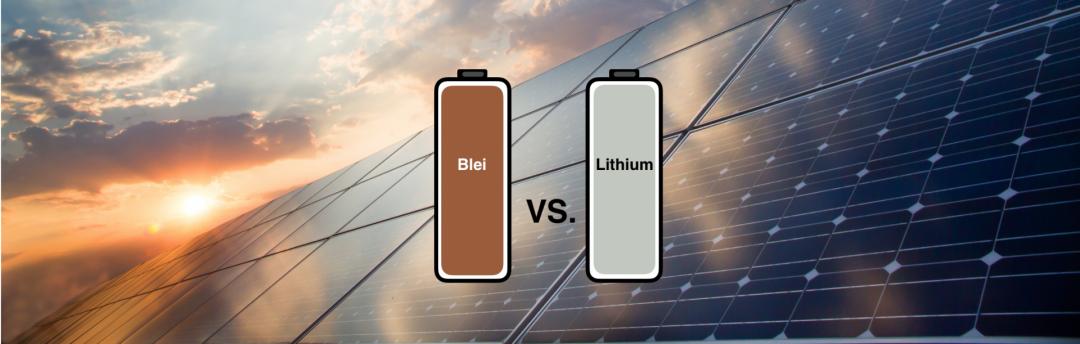 Arten von Solarbatterien: Blei vs. Lithium in Form von zwei Batterien und PV-Anlage im Hintergrund dargestellt