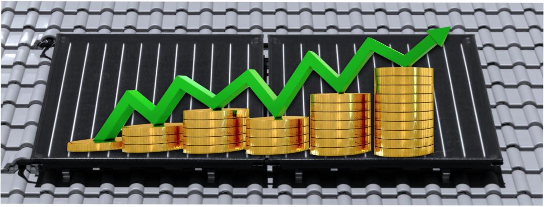 ein grüner Pfeil, der nach oben Geld zusammen mit einigen Münzen mit einer Solarthermie Anlage im Hintergrund, die die Rendite einer Solarthermie Anlage symbolisieren