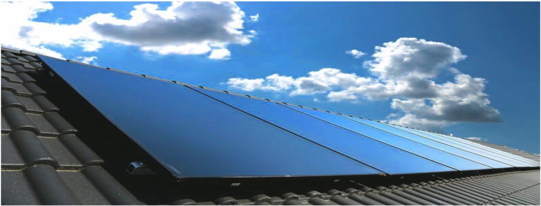 Eine Solarheizung auf einem grauen Dach mit blauem Himmel