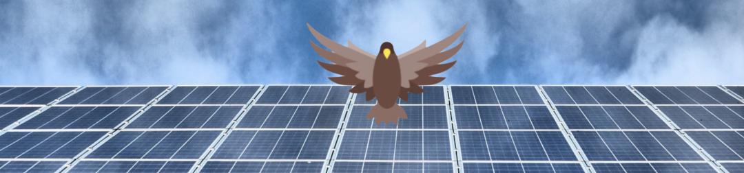 Eine Solar-Inselanlage oder PV-Inselanlage auf einem Dach mit Himmel im Hintergrund